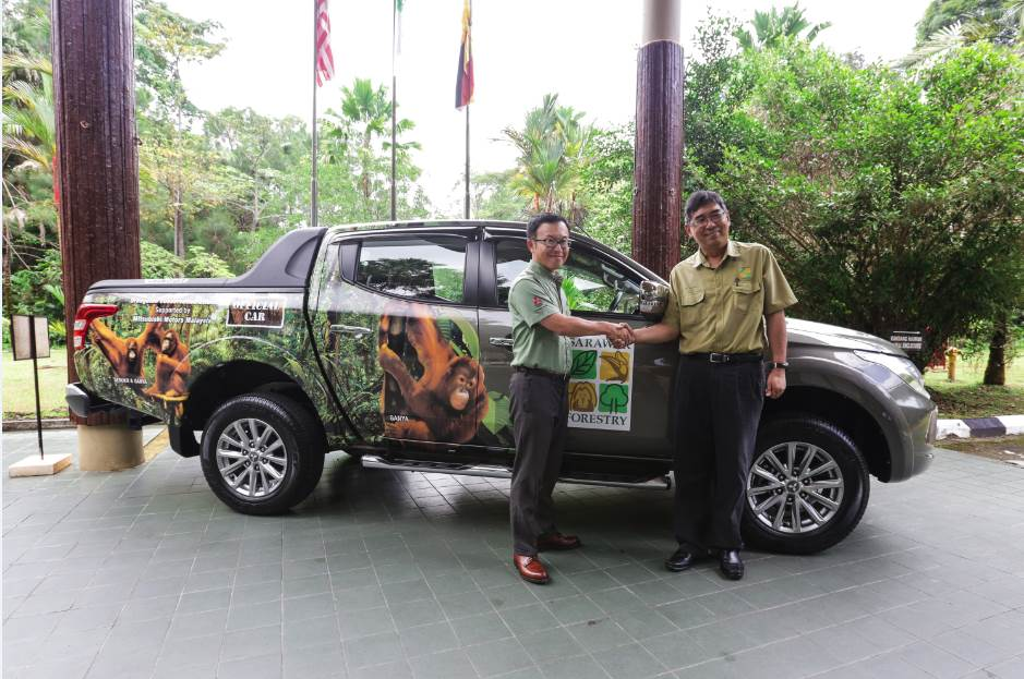 CEO of Mitsubishi Motors Malaysia, Mr. Shinnishi handing over the Triton 4x4 Pick-Up Truck to Representative of Sarawak Forestry, Mr. Wong Ting Chung